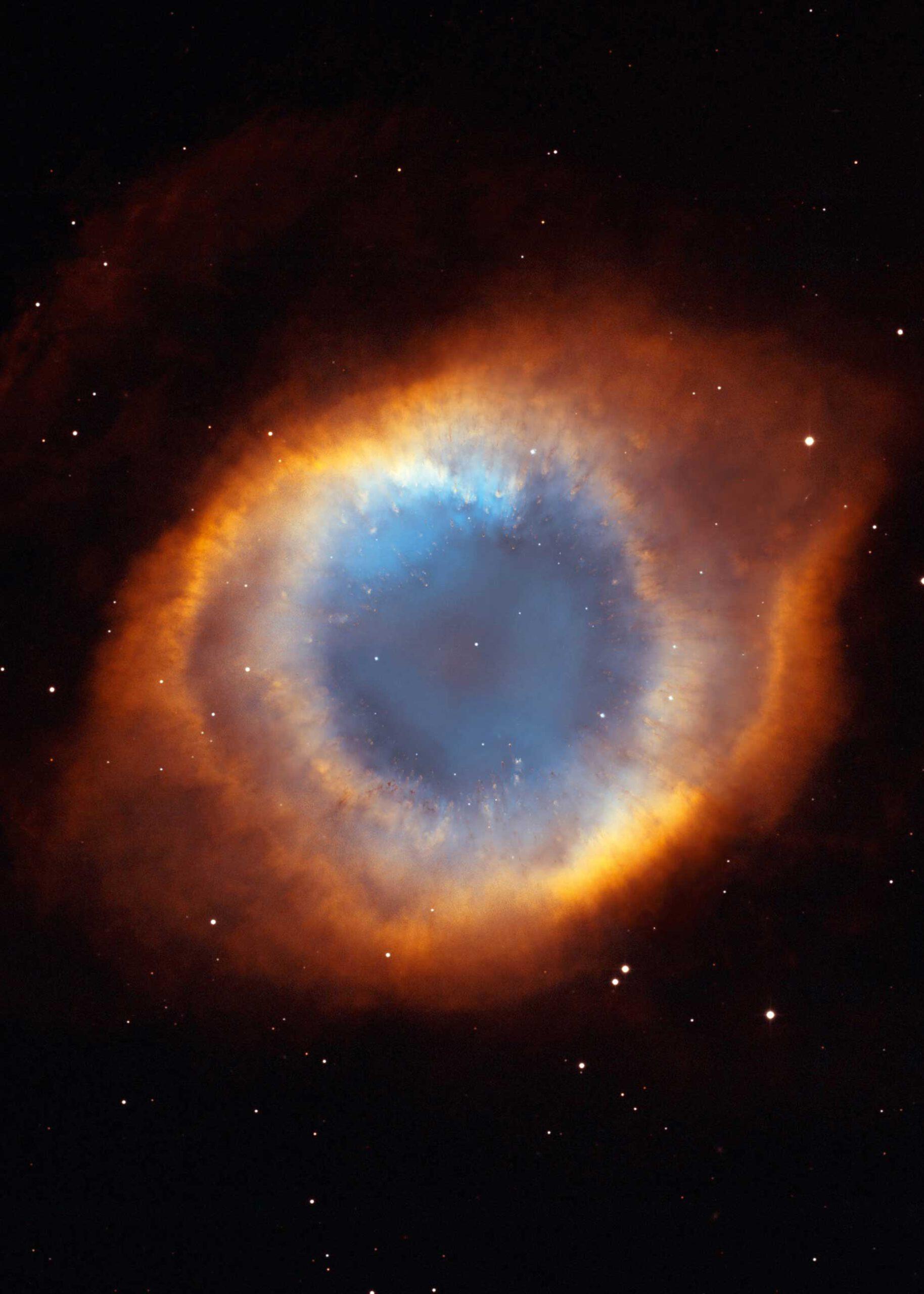 """S. 155 © NASA, WIYN, NOAO, ESA, Hubble Helix Nebula Team, M. Meixner (STScI), & T. A. Rector (NRAO) """"NGC 6369"""", """"Kleiner Geistnebel"""" genannt, ist ein planetarischer Nebel im Sternbild Schlangenträger (lat. Ophiuchus). Im Zentrum ist ein weißer Zwerg, um ihn herum die Hülle des ehemaligen roten Riesensterns"""
